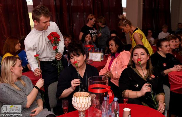 Pan wręcza kwiaty paniom z okazji Dnia Kobiet podczas wydarzenia pn. Silna i Piękna w Choszcznie