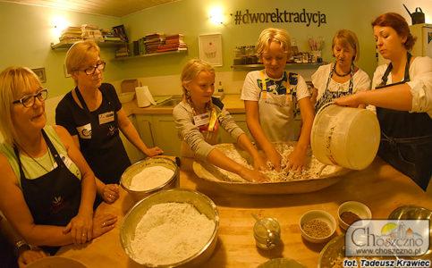 zarabianie ciasta na chlep przez dzieci ze Smolenia