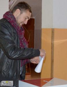 wiceburmistrz Łukasz Młynarczyk wrzuca swój głos do urny