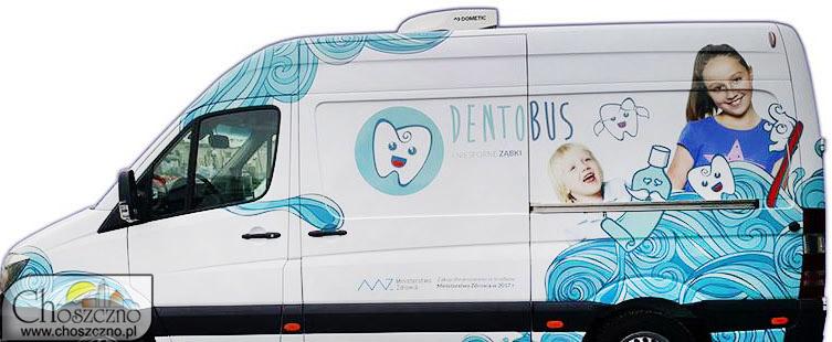 na zdjęciu jest samochód z rysunkiem zęba i dziewczynki oraz dziecka. Jest również woda, pasta i szczoteczka do zębów