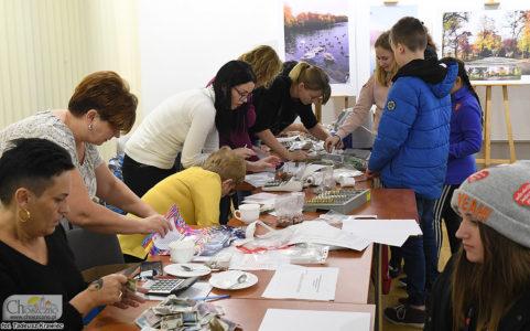 liczenie zebranych kwot przez wolonariuszy podczas finału WOŚP