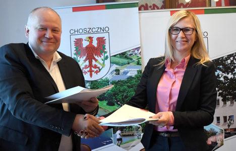 podpisanie umowy na zagospodarowanie plaży miejskiej od lewej burmistrz Robert Adamczyk i Anna Bańkowska wicemarszałek