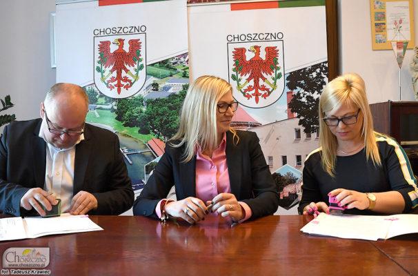 Zdjęcie z podpisania umowy na zagospodarowanie plaży miejskiej. Na zdjeciu od lewej burmitrz Robert Adamczyk, wicemarszałek Anna Bańkowska i skarbnik Agata Bruzgo