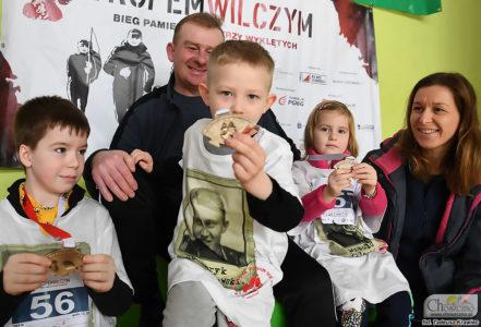 """rodzina Żabko pozująca z medalami ukończenia biegu """"Tropem Wilczym"""""""