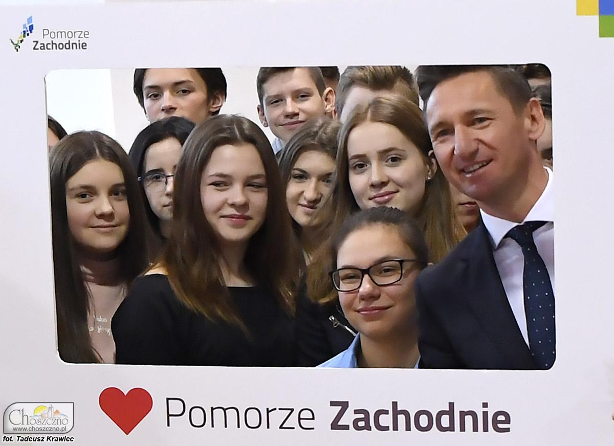 Na zdjęciu jest marszałek Olgierd Geblewicz z uczniami z SP nr 1 w Choszcznie