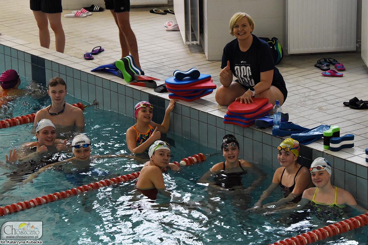 na zdjęciu Otylia Jędrzejczak z grupą młodych pływaków