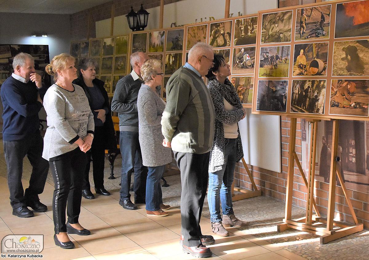 """osoby zwiedzające wystawę """"Kierunek Choszczno"""""""