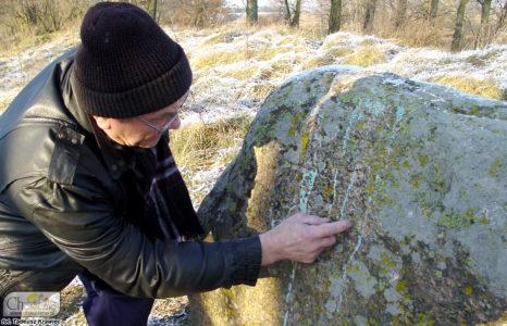Zygfryd Dzedzej pokazuje diabelski kamień