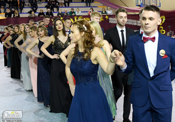 na zdjęciu są uczniowe Zespołu Szkół nr 2 w Choszcznie, którzy tańczą poloneza