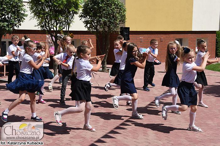 na zdjęciu widać tańczące przedszkolaki