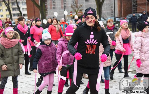 dzieci tańczace w One Billion Rising - taniec przeciwko przemocy