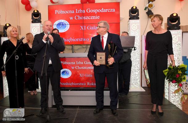 na zdjeciu burmistrz Robert Adamczyk po wręczeniu statuetki dla Ireneusza Siódmaka prezesa MPGK w Choszcznie, które otrzymało statuetkę Przedsiębiorstwo Roku 2019