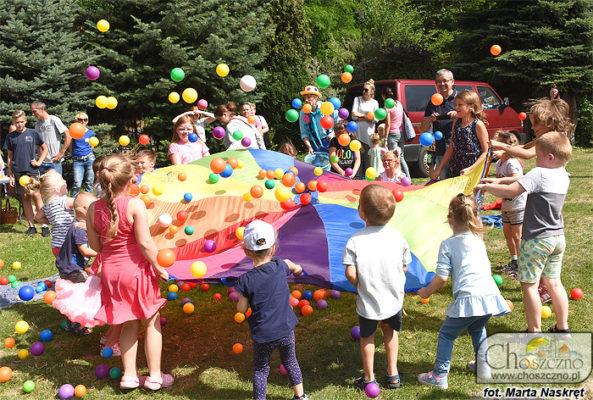 dzieci bawiace się kolorowymi piłeczkami