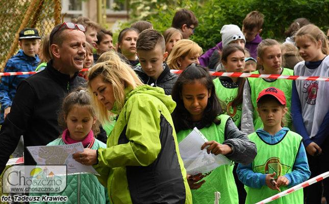 dzieci biorący udział w biegu na orientację