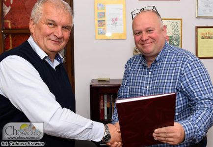 """podpisanie umowy na remont dworca od prawj burmistrz Robert Adamczyk i Adnrzej Polak z """"Lidexu"""""""
