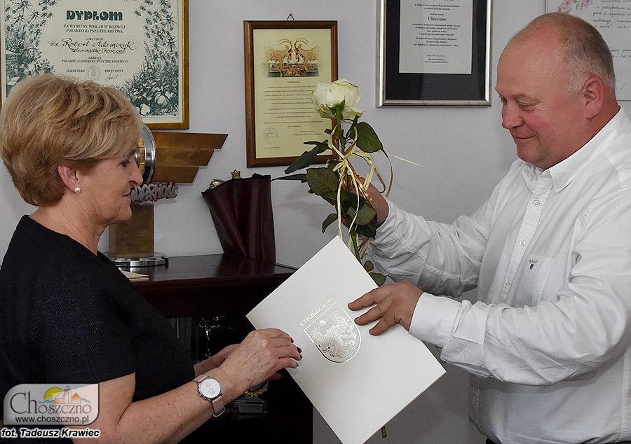 burmistrz wręcza kwiaty nagrodzonej nauczycielce