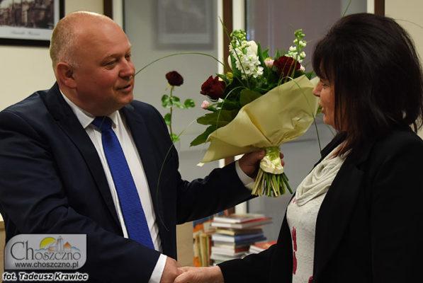 burmistrz Robert Adamczyk wręcza kwiatki Irenie Kozłowskiej