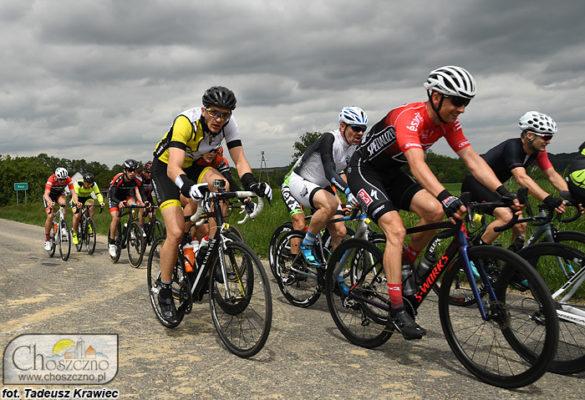 grupa kolarzy podczas wyścigu