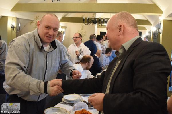 burmistrz Robert Adamczyk składa życzenia uczestnikowi z ŚDS