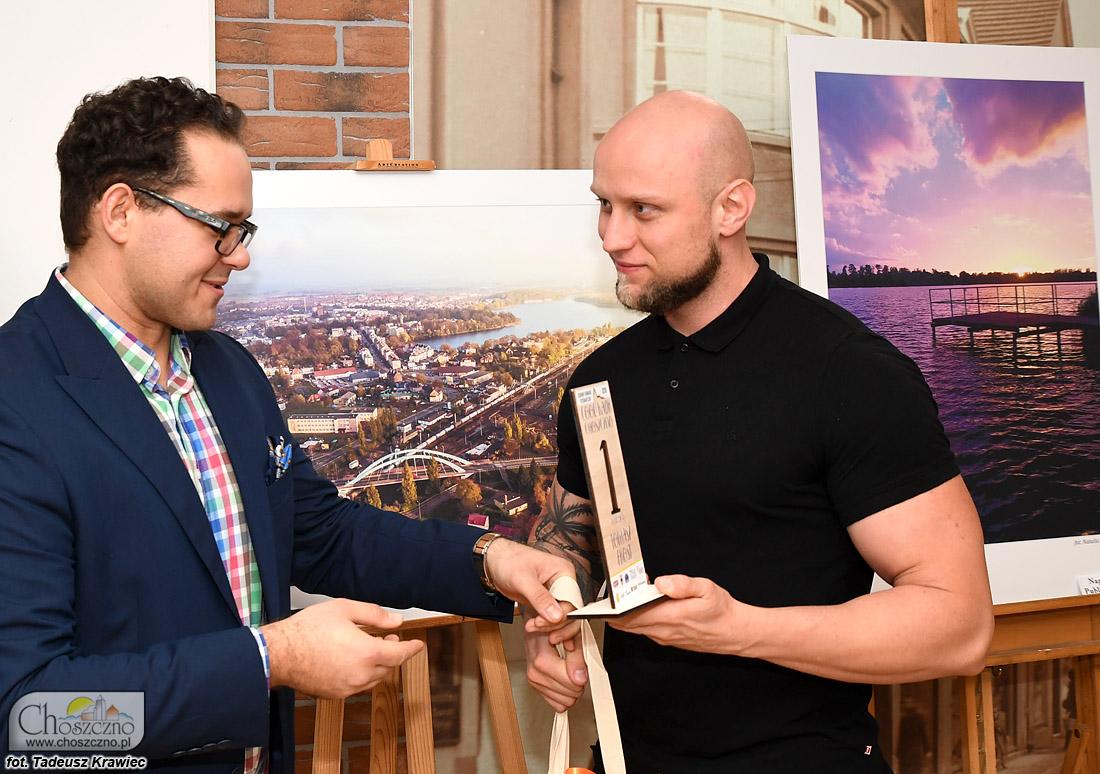 od lewej Maksym Baczyński z Tomaszem Frostem zwycięzcą konkursu fotograficznego Cool Kadr Choszczno