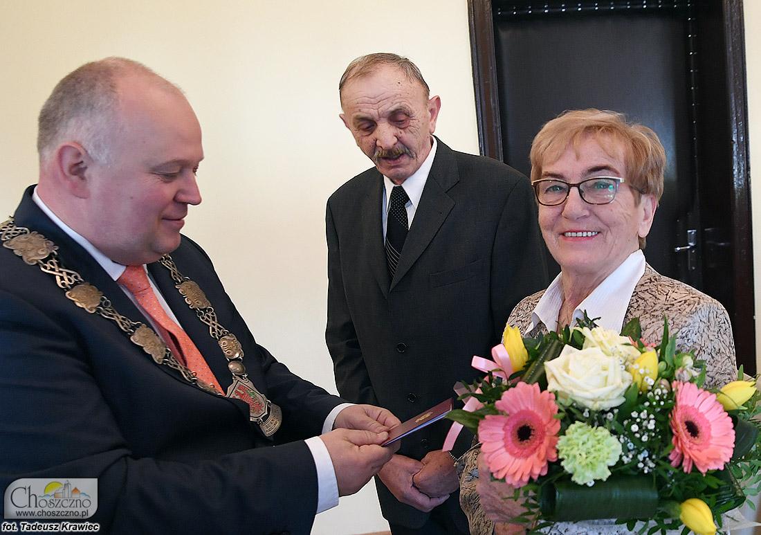 na zdjęciu są państwo Tejchman, którym medale za długoletnie pożycie małżeńskie wręczył burmistrz Robert Adamczyk