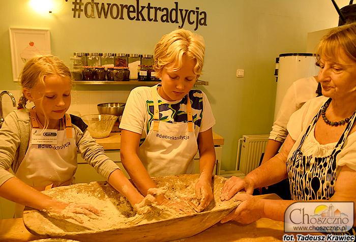 dzieci ze Smolenia uczą się piec chleb