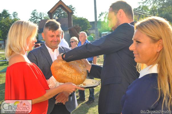 starosotwie dożynek w Piaseczniku dzielą chleb z wiceburmistrzem Łukaszem Młynarczykiem i sołtysem Iwoną Borek