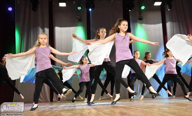 na zdjęciu jest grupa dzieci w kolorowych strojach tańczące taniec współczesny