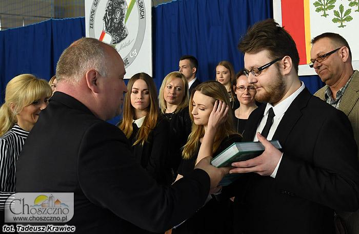 burmistrz Robert Adamczyk wręcza nagrody najlepszym absolwentom ZS nr 2 w Choszcznie