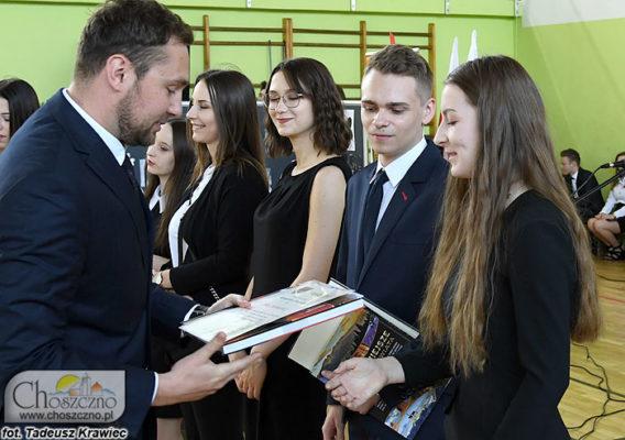 od lewej wiceburmistrz Łukasz Młynarczyk wręcza nagrody najlepszym absolwentom z ZS nr 1 w Choszcznie