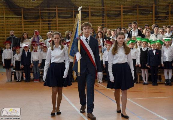 poczet sztandarowy z nowym sztandarem Szkoły Podstawowej nr 1 w Choszcznie