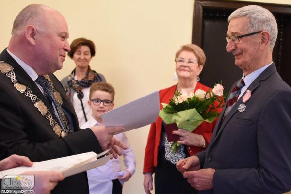 na zdjęciu burmistrz Robert Adamczyk wręcza Medale za Długoletnie Pożycie Małżeńskie państwu Chojecckim