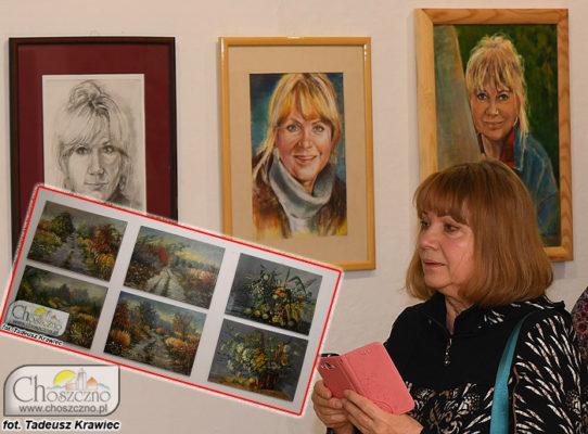 Halina Sobczyk na tle swoich obrazów