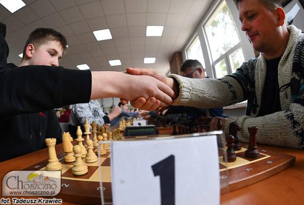 szachiści podczas turnieju