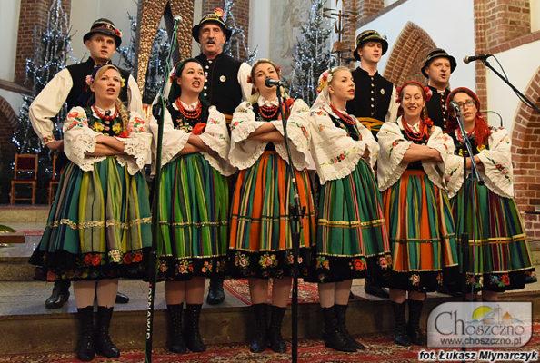na zdjęciu są Stobniczanie, którzy śpiewają kolędy