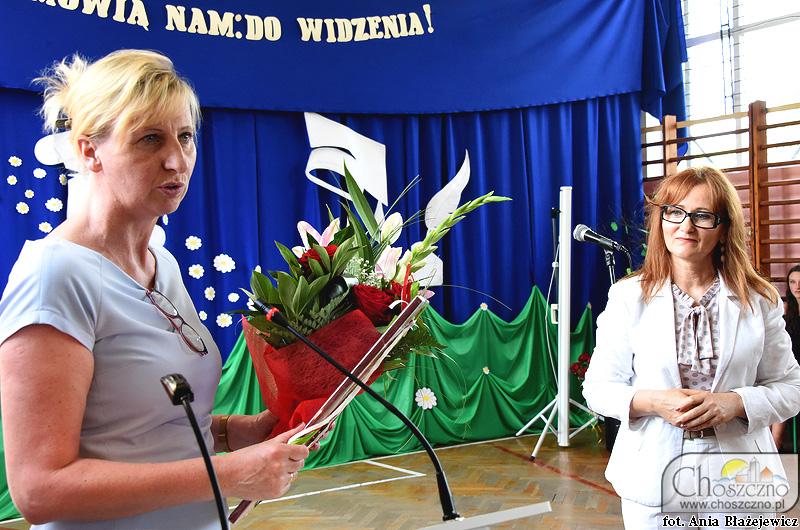 Sekretarz Miejski Magdalena Sieńsko żegana dyrektor w Zamęcie Danutę Stróżyńską-Gryćko