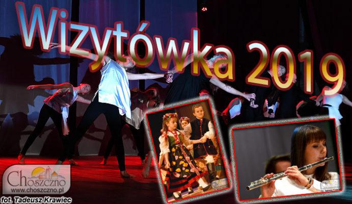 na zdjeciu widać dziewczyny tańczące taniec współczesny, chłopca i dzeiwczynkę w stroju ludowym oraz dziewczynę grającą na flecie poprzecznym