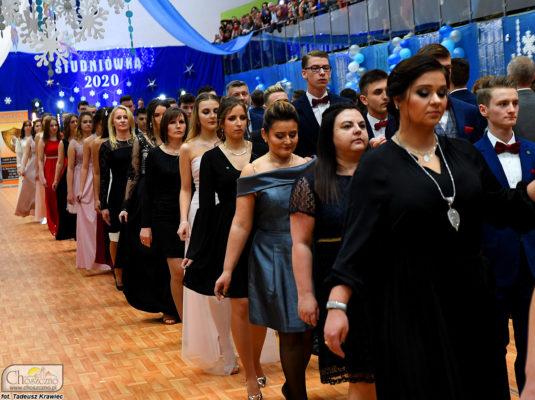 na zdjęciu są maturzyści z Zespołu Szkół nr 1 w Choszcznie, którzy tańczą poloneza