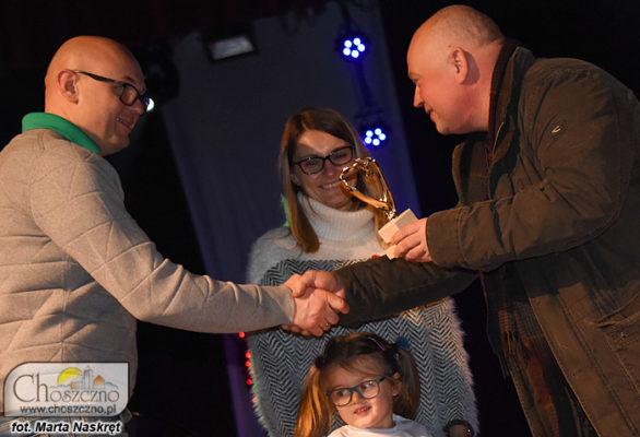 burmistrz Robert Adamczyk wręcza wylicytowane złote serduszko rodzinie Błochów