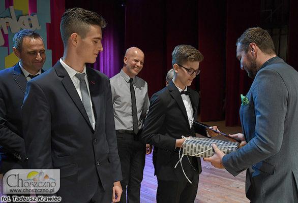 wiceburmistrz Łukasz Młynarczyk wręcza nagrody dla najlepszych uczniów z Jedynki