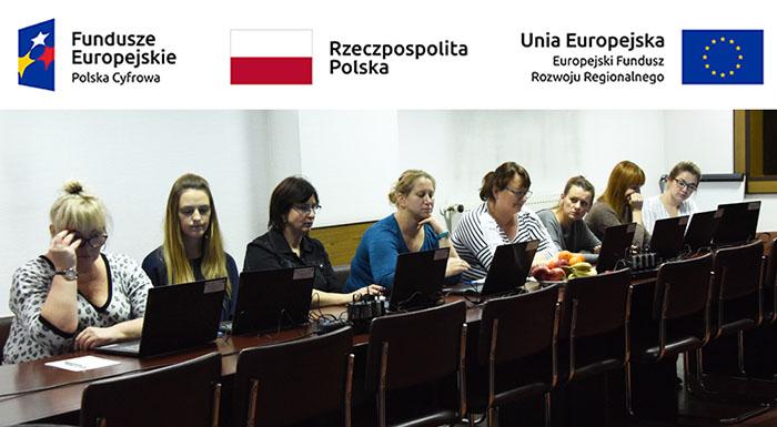 pracownicy urzędu podczas szkolenia komputerowego