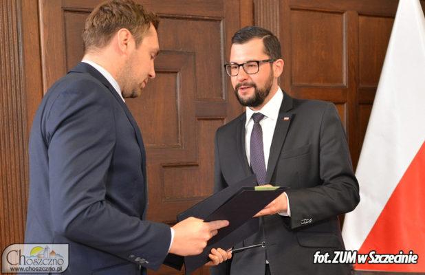podpisanie umowy na klub seniora od lewej wiceburmistrz Łykasz Młynarczyk i wicewojewoda Marek Subocz
