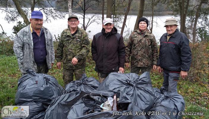 wędkarze z z Koła PZW nr 1 w Choszcznie podczas sprzątania brzegu jeziora Raduń