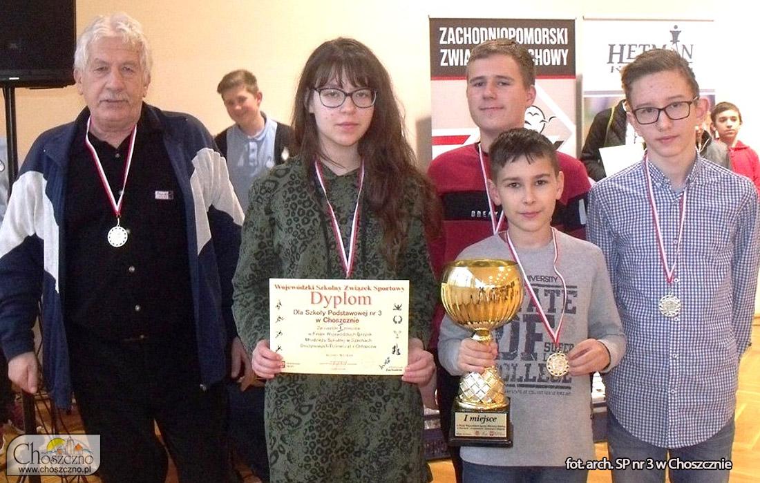 na zdjęciu reprezentanci Szkoły Podstawowej nr 3 w Choszcznie wraz z opiekunem