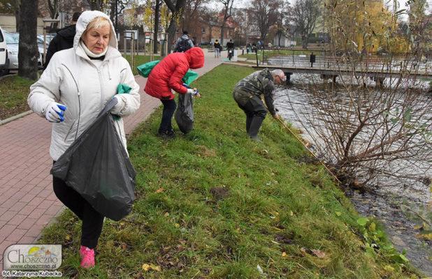 mieszkańcy Choszczna podczas sporzątania jeziora Klukom