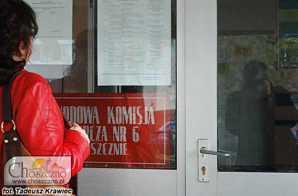 zdjęcie wejścia do lokalu wyborczego