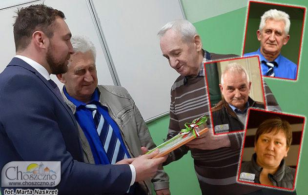 wiceburmistrz Łukasz Młynarczyk dziękuję Henrykowi Kowalskiemu za długoletnią pracę w radzie osiedla nr 1