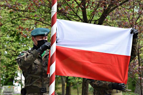 żołnierze podnoszą flagę Polski na maszt