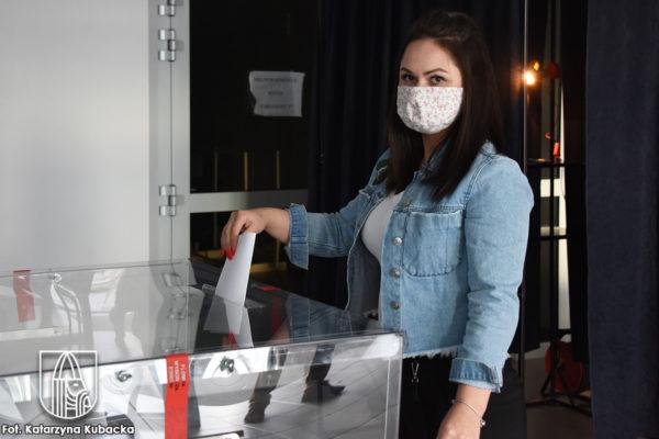 kobieta wrzuca głos do urny