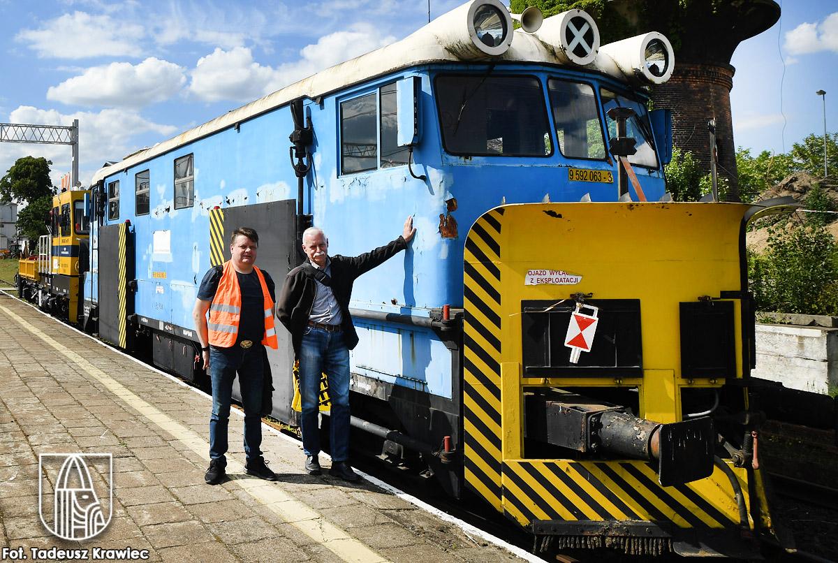 Zabytkowy pług na stacji PKP w Choszcznie, od prawej: Zdzisław Górecki i Adam Rabikowski